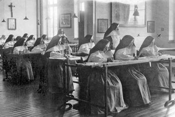 Schwestern im Stickzimmer des Klosters.